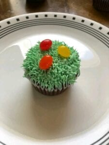 This easy spring grass cupcake is so delicious and cute!